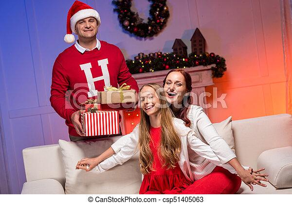 Familia feliz celebrando la Navidad - csp51405063