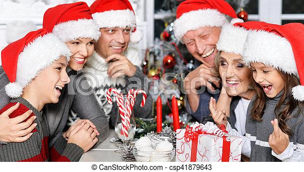 Familia celebrando la Navidad - csp41879643