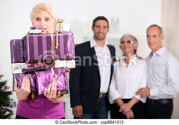 La familia celebra la Navidad - csp8841012