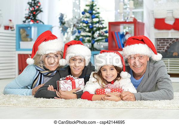 Familia celebrando la Navidad - csp42144695