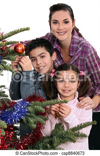 La familia celebra la Navidad juntos - csp8840673