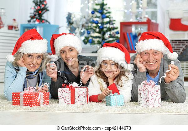 Familia celebrando la Navidad - csp42144673