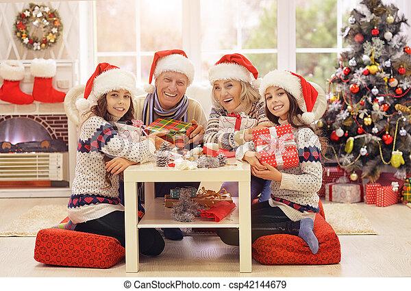 Familia celebrando la Navidad - csp42144679