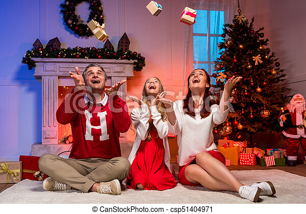 Familia celebrando la Navidad - csp51404971