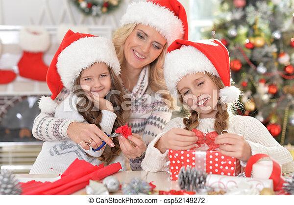 Familia celebrando la Navidad - csp52149272