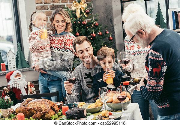 Familia celebrando la Navidad - csp52995118