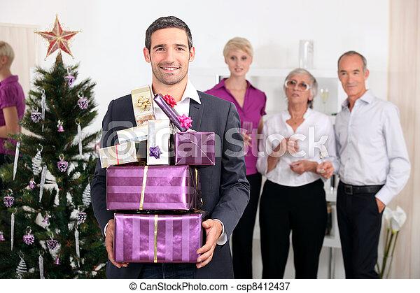 La familia celebra la Navidad - csp8412437
