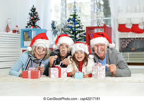 Familia celebrando la Navidad - csp42217181