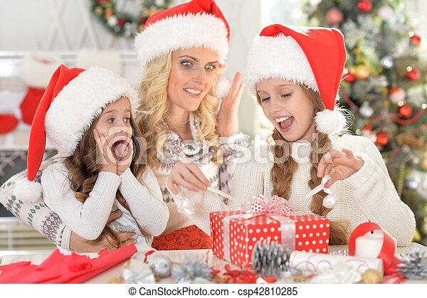 Familia celebrando la Navidad - csp42810285