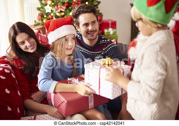 Familia feliz celebrando la Navidad juntos - csp42142041