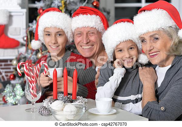 Familia celebrando la Navidad - csp42767070