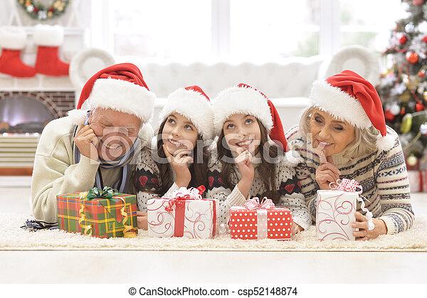 Familia celebrando la Navidad - csp52148874
