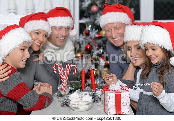 Familia celebrando la Navidad - csp42501380