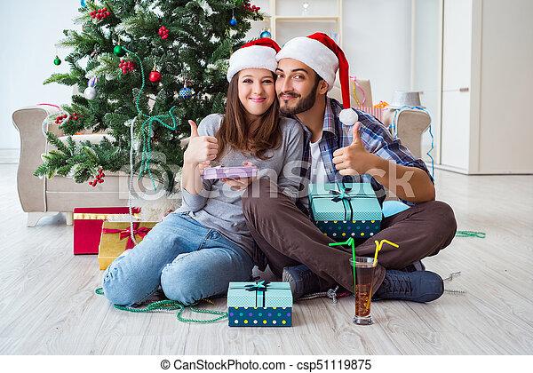 Una joven familia feliz celebrando la Navidad - csp51119875