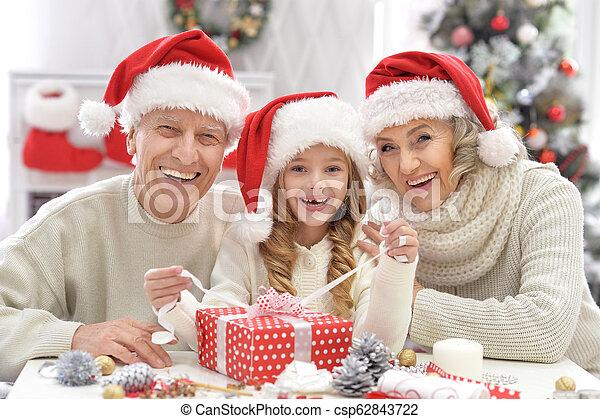 Retrato de una familia feliz celebrando la Navidad - csp62843722