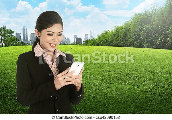 cellphone, kobieta handlowa, asian, używając, uśmiechanie się - csp42090152