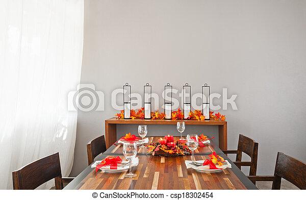 La mesa de la cena puesta en color rojo naranja caliente - csp18302454