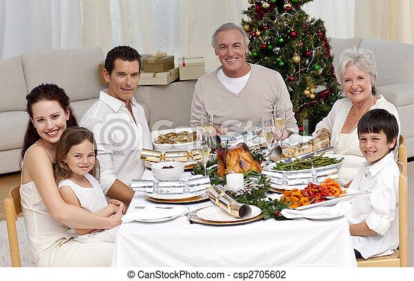 Familia celebrando la cena de Navidad - csp2705602