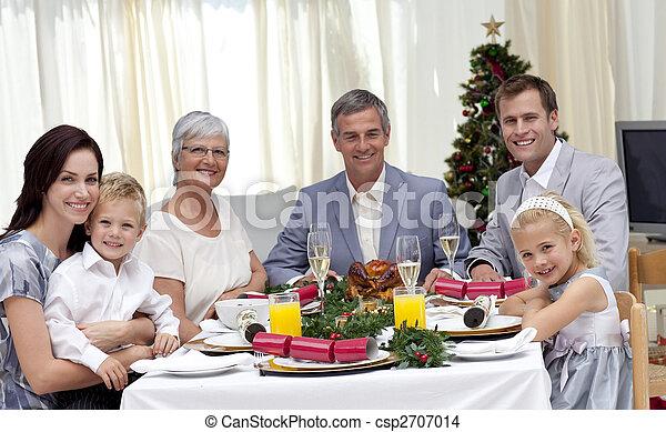La familia celebra la cena de Navidad - csp2707014