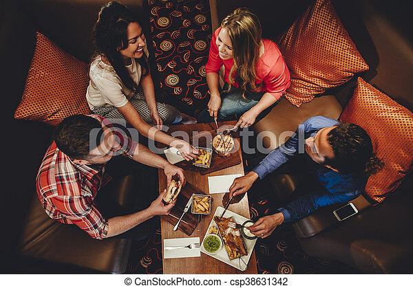 Buenos amigos de la cena - csp38631342