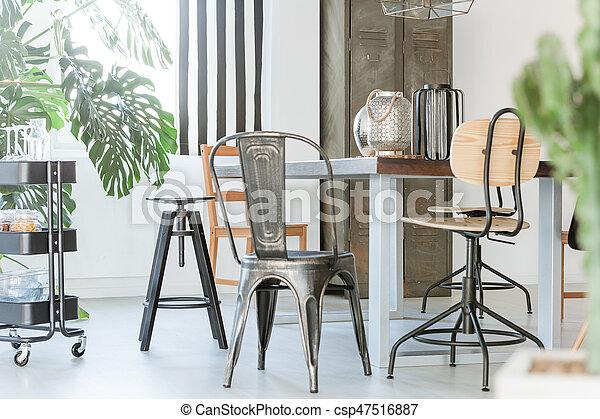 Un comedor con muebles de metal - csp47516887