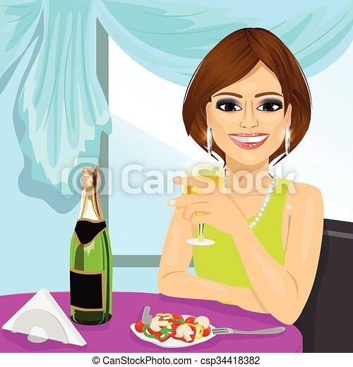 Una mujer atractiva cenando en el restaurante - csp34418382