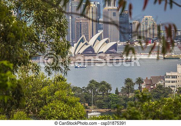 SYDNEY - 25 DE OCTUBRE Sydney Opera House Vista al 25 de octubre de 2015 en Sydney, Australia. La ópera de Sydney es un famoso centro de artes. Fue diseñado por el arquitecto danés Josh Utzon. - csp31875391