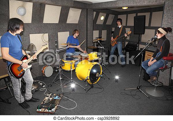 centre, fonctionnement, rocher, deux, fille, band., guitares, musiciens, eclats, batteur, électro, chanteur, studio. - csp3928892