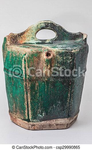 Vieja cerámica en un fondo. - csp29990865