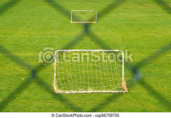 cerca, futebol, dois, campo, atrás de, verde, metas, ao ar livre, pequeno, capim - csp56709705