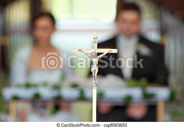 El novio y la novia en la ceremonia de la boda en la iglesia - csp8563653