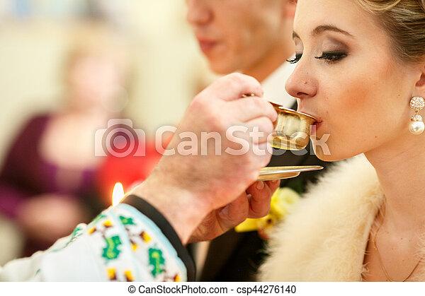 cerimônia, santissimo, mãos, noiva, padre, comunhão, recebe, casório, durante - csp44276140