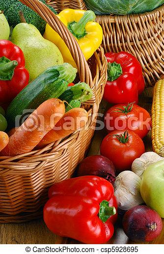 Composición con verduras crudas y cesta de mimbre - csp5928695