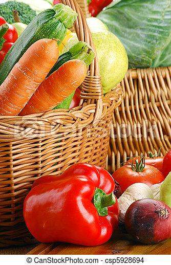 Composición con verduras crudas y cesta de mimbre - csp5928694