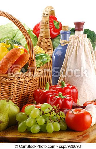 Composición con verduras crudas y cesta de mimbre - csp5928698