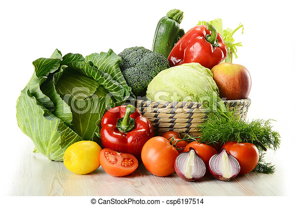Verduras en cesta de mimbre - csp6197514