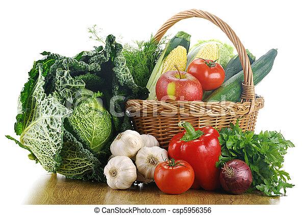 Vegetales y canasta de mimbre - csp5956356