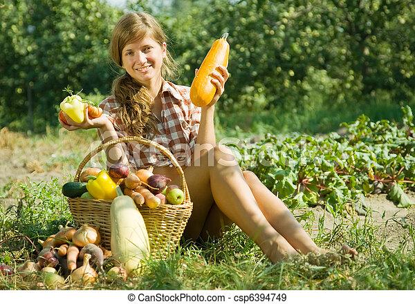 Chica con cesta de verduras - csp6394749