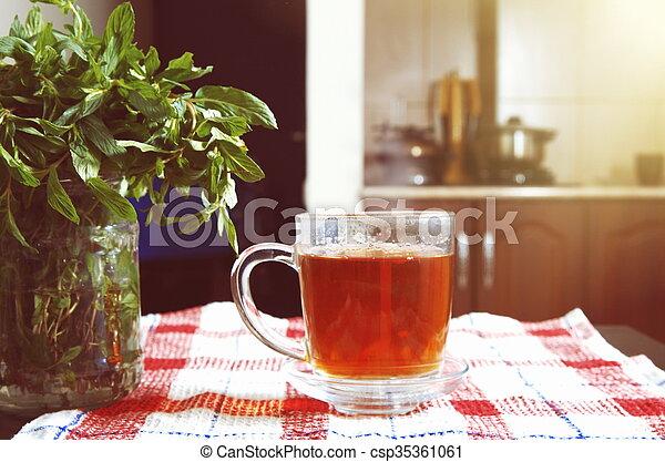 chá, hortelã, luz solar - csp35361061