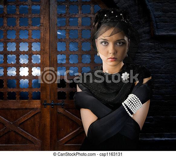 château, femme - csp1163131