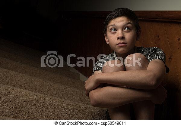 chłopieć posiedzenie, jakiś, młody, smutny, schody - csp50549611