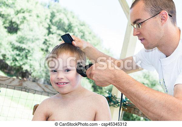 Chłopiec Mały Jego Syndrom Dostając Bije Fryzura