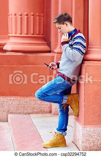 chłopiec, teenage, telefon, muzyka, szykowny, mądry, słucha - csp32294752