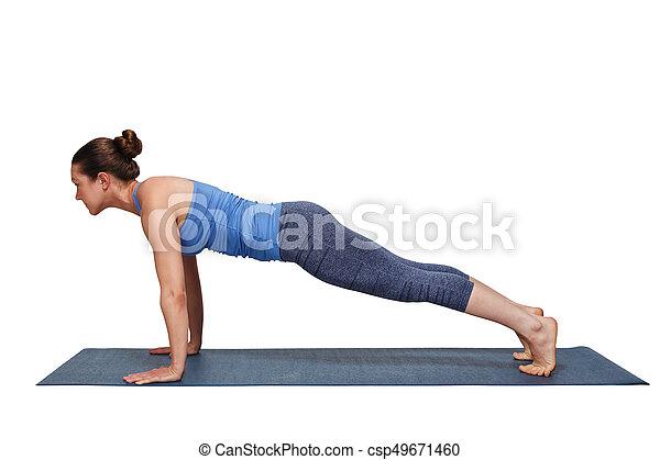 mujer haciendo yoga surya namaskar saludo al sol asana