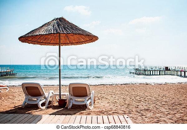 Playa de arena marina con dos sillas de cubierta. - csp68840816