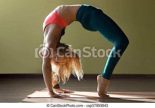 variation von chakrasana pose portrait der sportlich