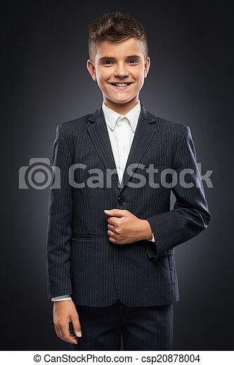 El chico de traje negro corrige - csp20878004