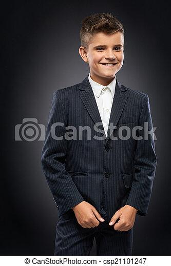 El chico de traje negro corrige - csp21101247
