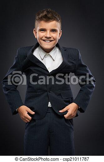 El chico de traje negro corrige - csp21011787