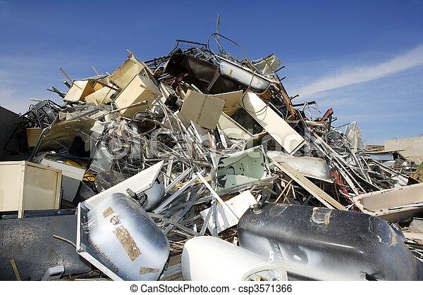 La chatarra recicla el ambiente de la fábrica ecológica - csp3571366